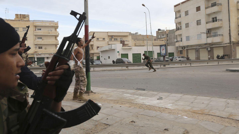 Soldados del Ejército combaten contra milicianos de Ansar al-Sharia en noviembre en Bengasi (Reuters).