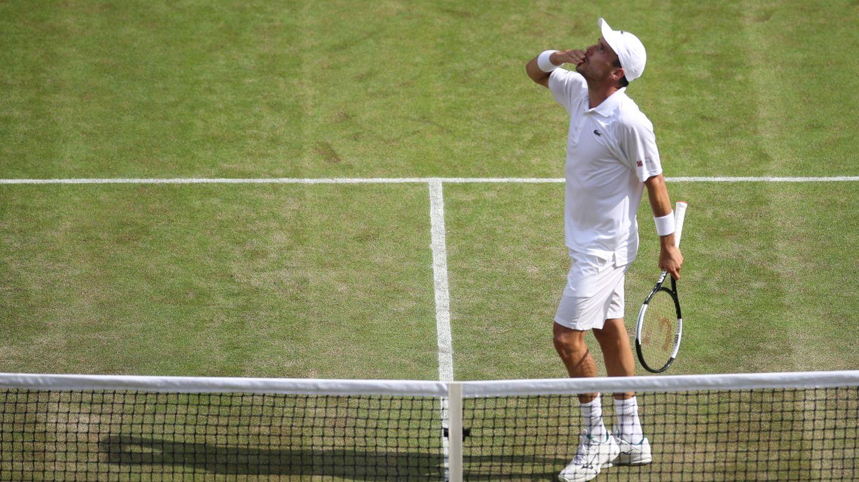 Bautista mira al cielo para dedicarle el pase a semis de Wimbledon a su madre. (EFE)