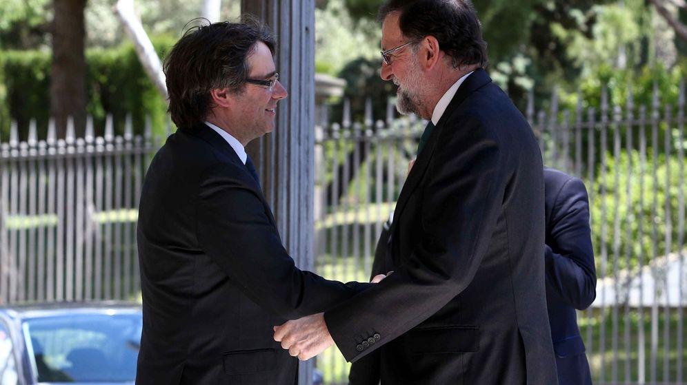 Foto:  El presidente de la Generalitat, Carles Puigdemont, saluda al presidente del Gobierno, Mariano Rajoy. (EFE)