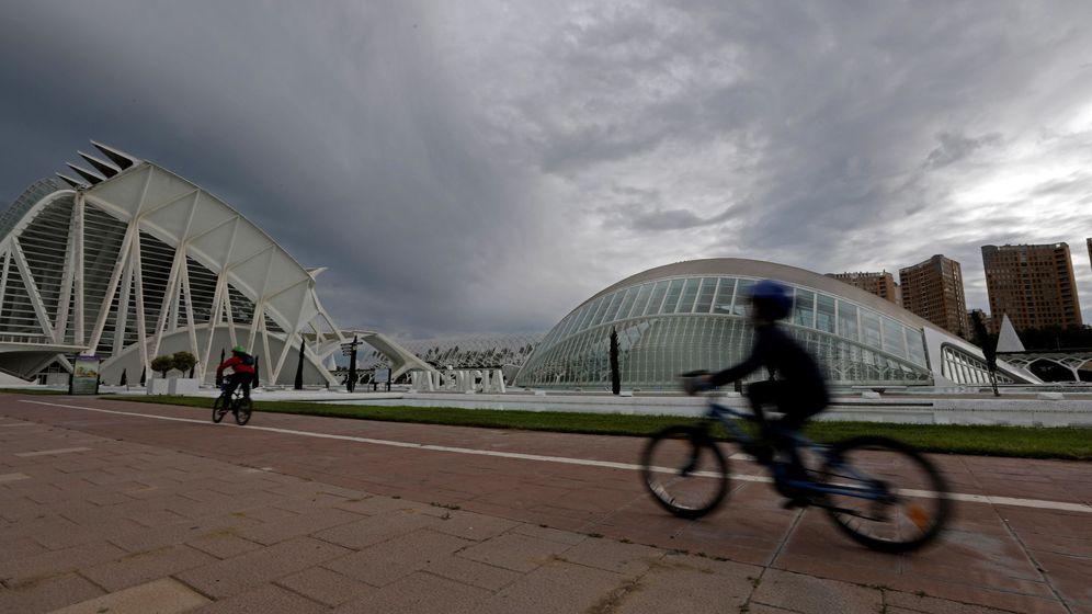 Foto:  Dos niños en bicicleta ante la Ciudad de las Artes y las Ciencias de Valencia (EFE)