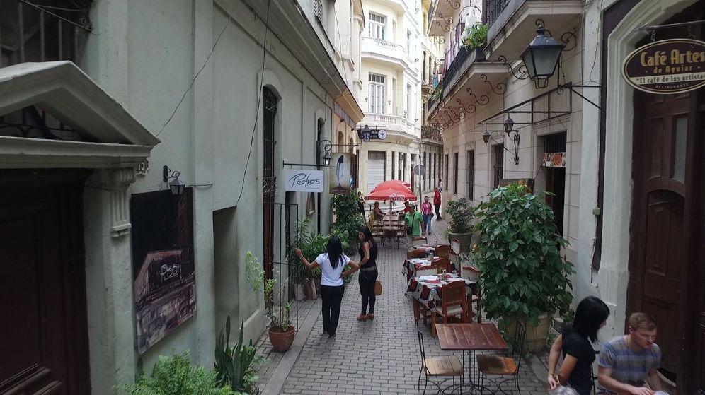 Foto: Un turista paseando por La Habana. (Efe)