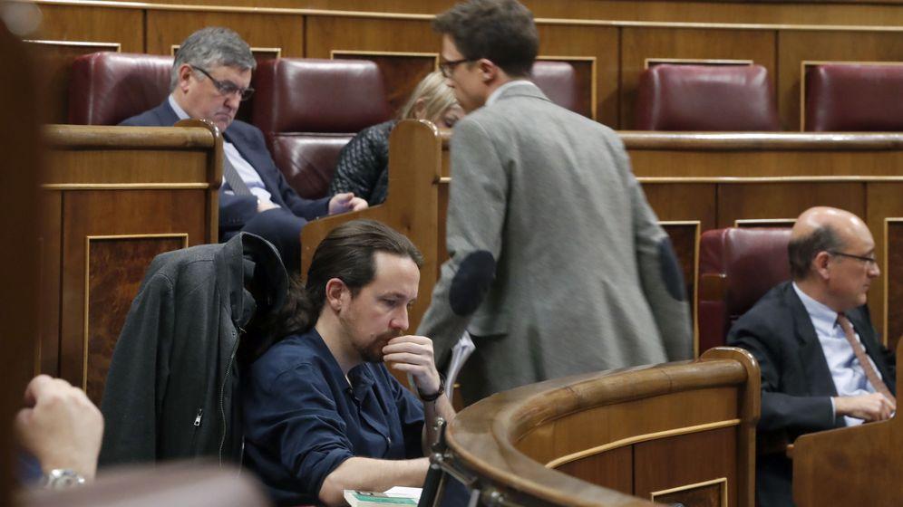 Foto: El secretario de Análisis Estratégico de Podemos, Íñigo Errejón (d), pasa ante el líder del partido, Pablo Iglesias, durante un pleno del Congreso. (EFE)