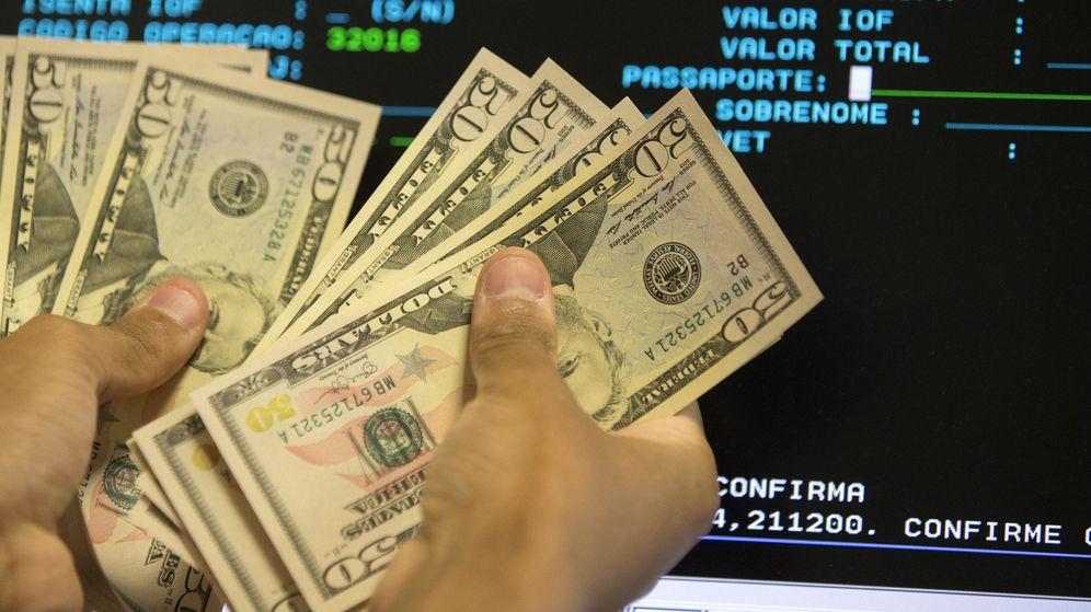 Foto: Fajo de billetes de dólar estadounidense. (EFE)