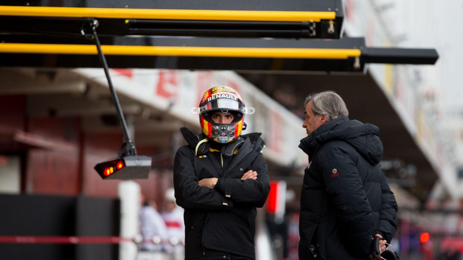 Foto: Carlos Sainz habla con su padre este lunes en Montmeló en la primera jornada de pretemporada de la F1. (EFE)