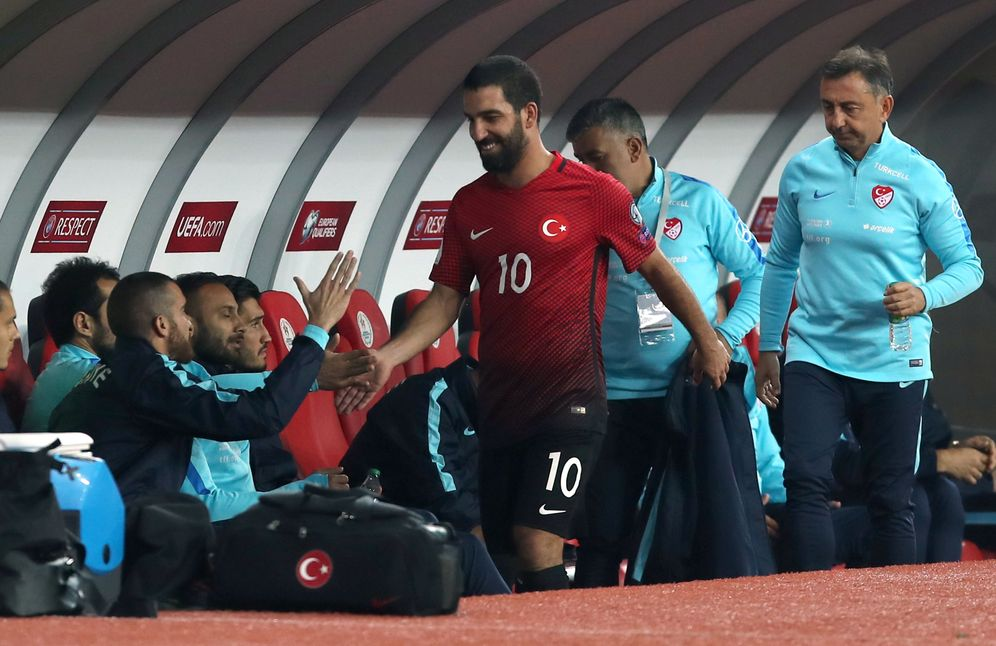 Foto: Arda Turan, en el momento de ser sustituido durante el Turquía-Islandia. (Reuters)