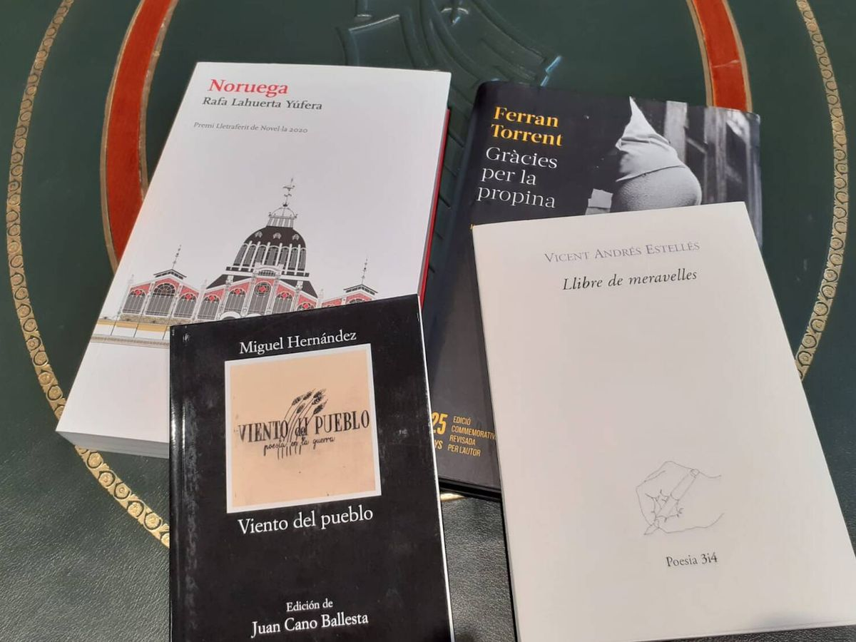 Foto: Los libros que Ximo Puig regaló a Pere Aragonès.
