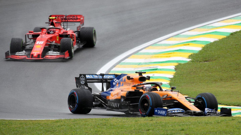Carlos Sainz conduce por delante del Ferrari de Leclerc la temporada pasada. (EFE)