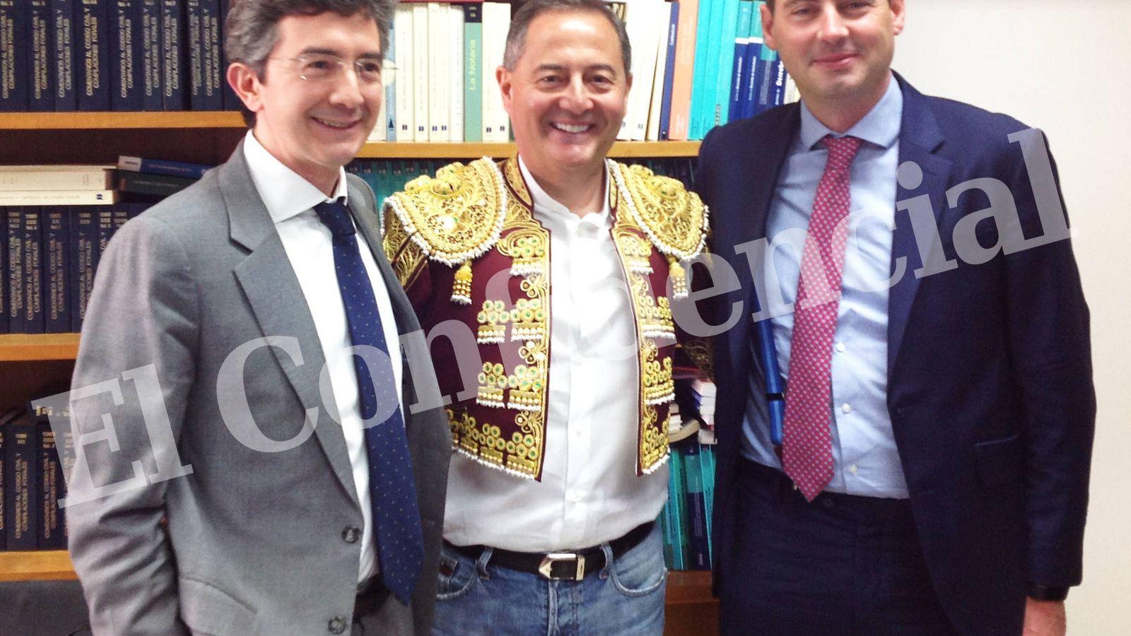 Foto: De izquierda a derecha: Laurent Fischler (Wanda), Trinitario Casanova (Baraka) y Maurice Kelly (JLL), tras firmar la compra.