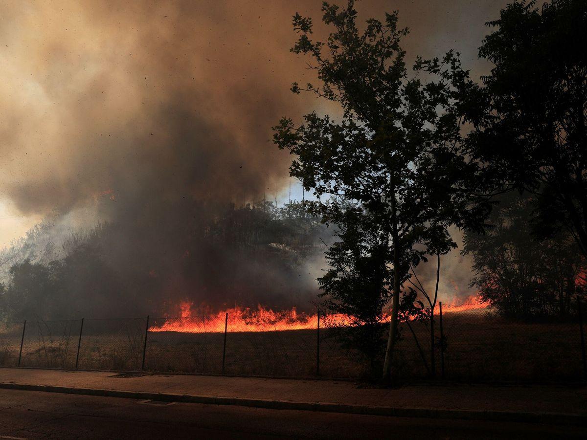 Foto: Vista de un incendio junto a la Dehesa de la Villa, este lunes en Madrid. (EFE)
