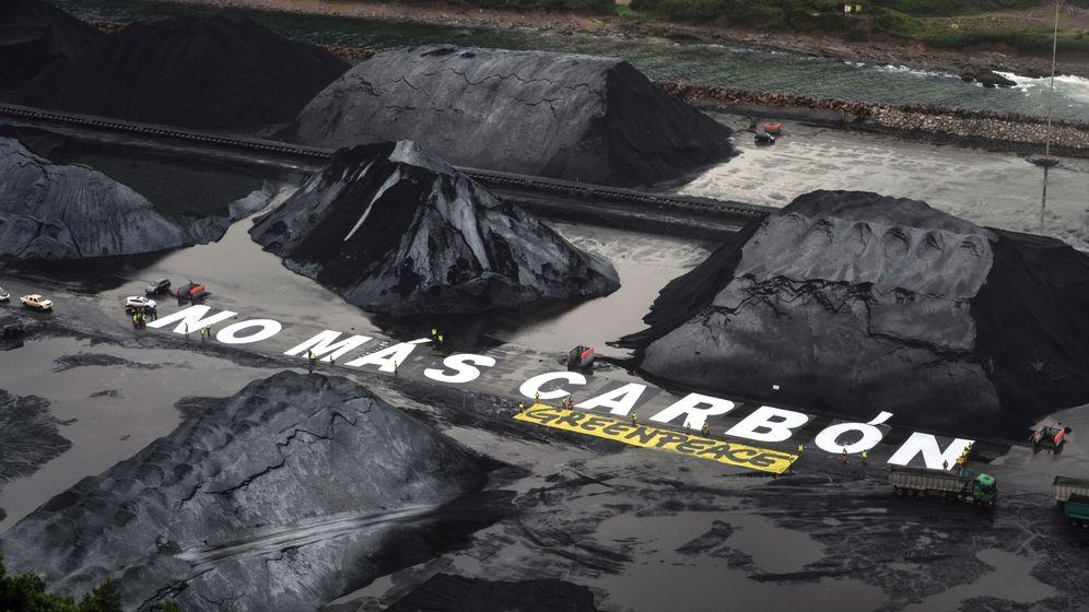 Foto: Greenpeace pide el cese del uso del carbón con un mensaje gigante en El Musel. (EFE)