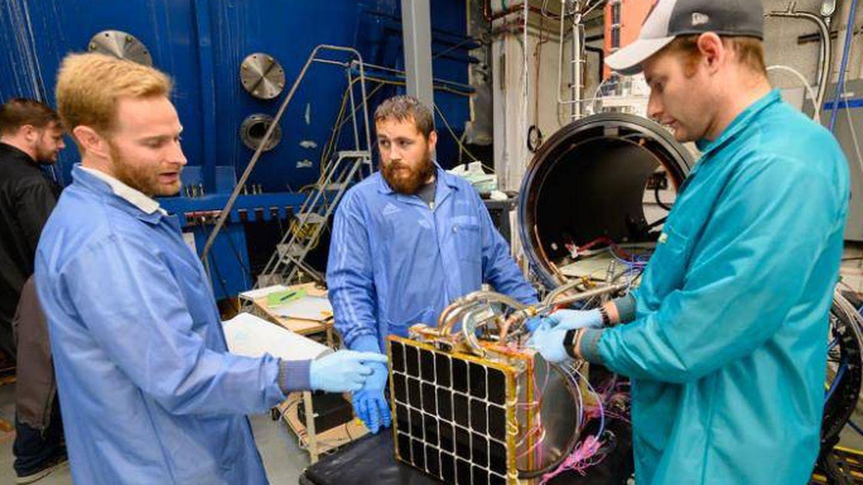 Chris Depuma (i), uno de los investigadores, mostrando el panel. (US NAVY)