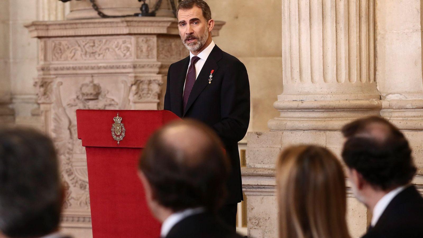 Foto: El Rey durante la imposición del Collar del Toisón de Oro a la princesa de Asturias en el Palacio Real. (EFE)