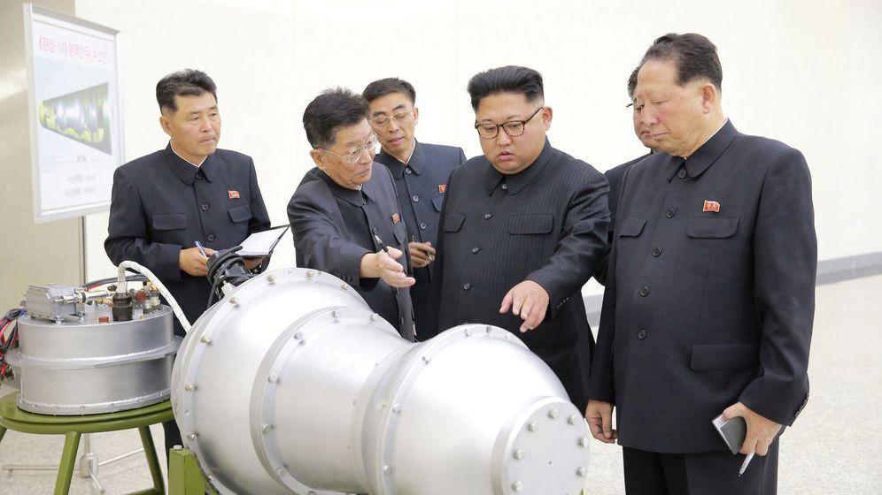 Foto: El líder de Corea del Norte, Kim Jong Un, observa un prototipo nuclear. (Reuters)