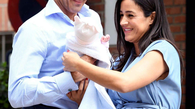 Begoña Villacís y Antonio Suárez-Valdés, a su salida de la Fundación Jiménez Díaz,  donde nació su niña. (EFE)