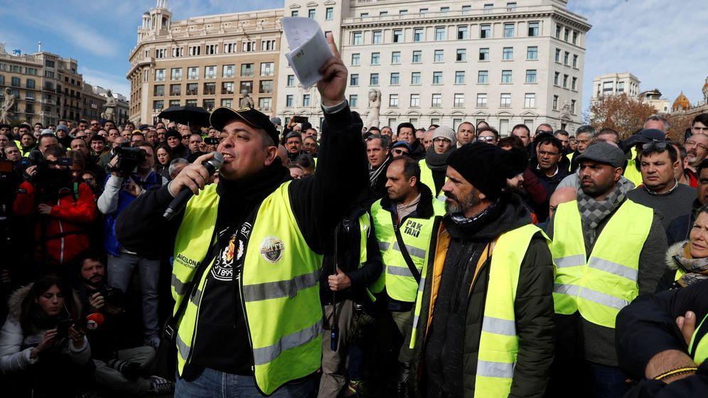Foto: El portavoz de Elite Taxi, Alberto 'Tito' Fernández durante una asamblea en Barcelona. (EFE)