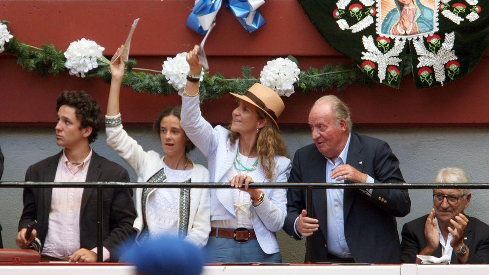 Don Juan Carlos, con su hija y sus nietos en los toros en San Sebastián