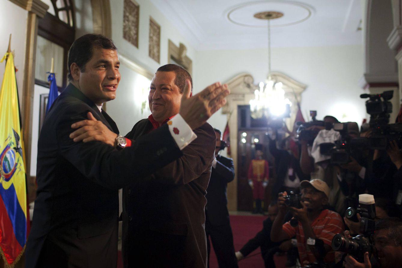 Foto: El difunto líder venezolano Hugo Chávez saluda a Rafael Correa durante la ceremonia de bienvenida de la cumbre de la Alianza Bolivariana para los Pueblos de Nuestra América, en Caracas (Reuters).