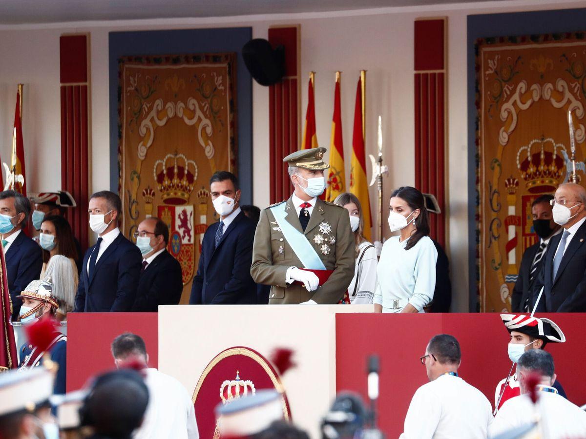 Foto: Los Reyes, en la tribuna del desfile militar. (EFE)