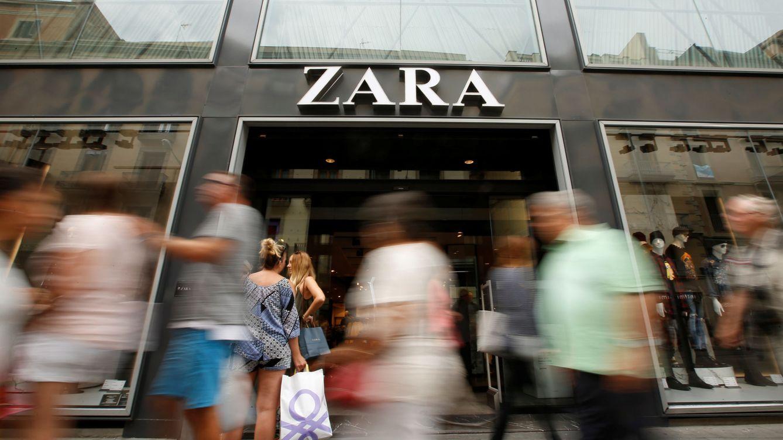 Foto: Un grupo de personas camina frente a una tienda de Zara. (Reuters)