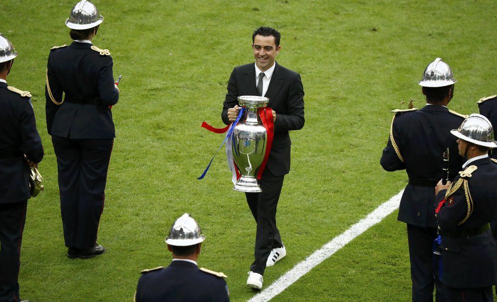 Foto: Xavi, en el momento de entregar la Eurocopa que estaba en posesión de España. (Reuters)