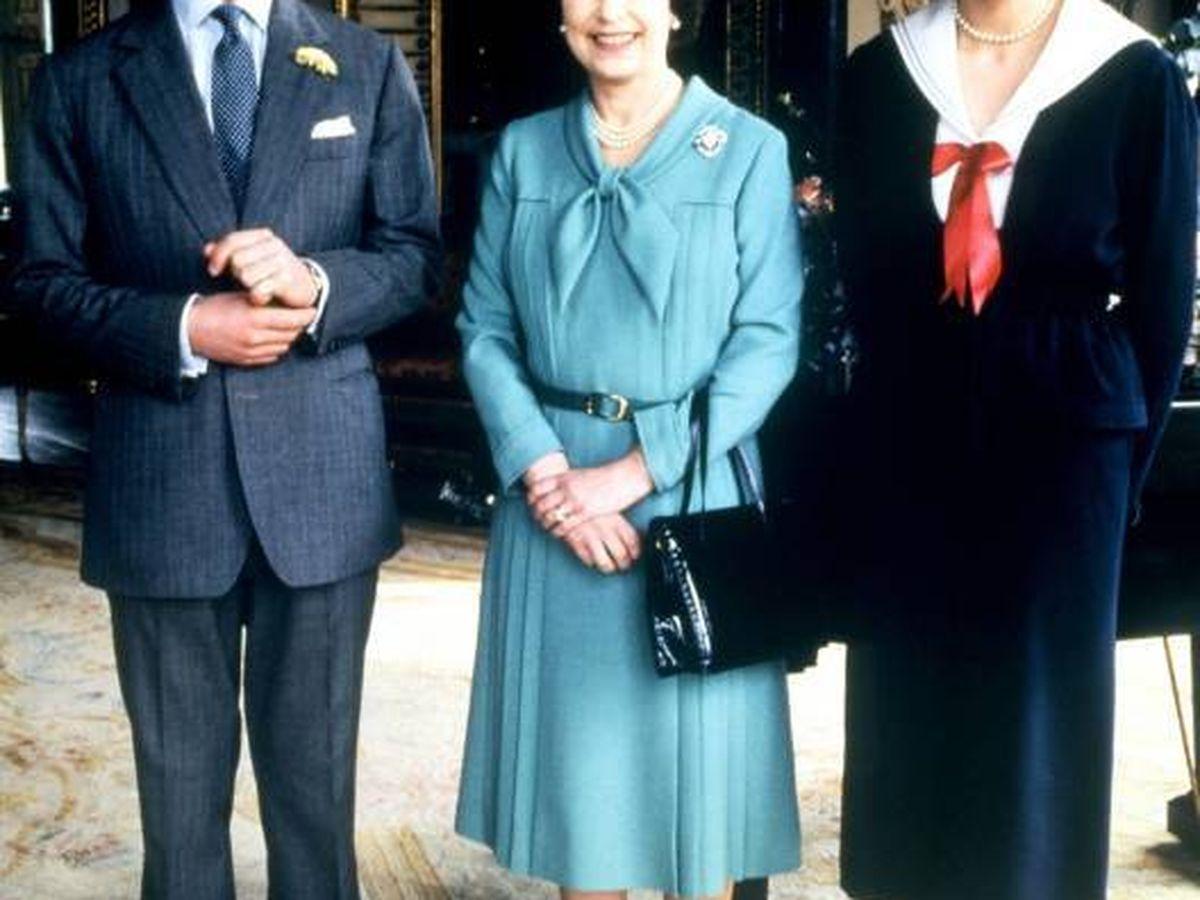 Foto: Carlos y Diana, junto a Isabel II. (Cordon Press)