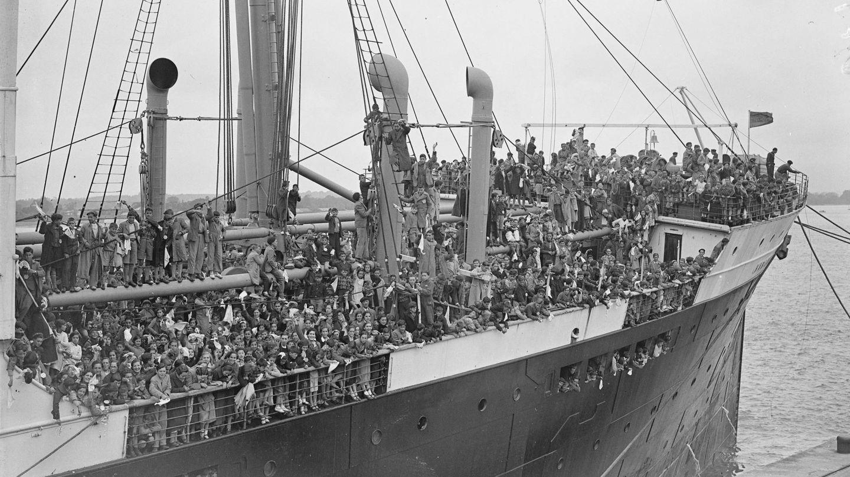 Un barco de refugiados de la Guerra Civil llega a Southampton. (TopFoto.co.uk / Cordon Press)