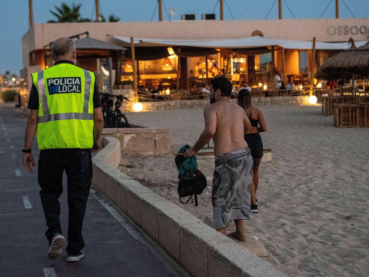 Foto: Policía local vigilando la playa. (EFE)