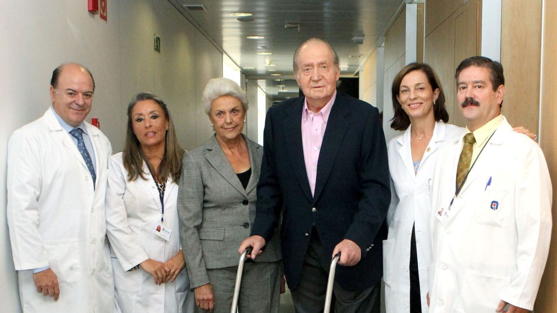 El Rey, con el equipo médico tras recibir el alta hospitalaria en octubre de 2013. (EFE)