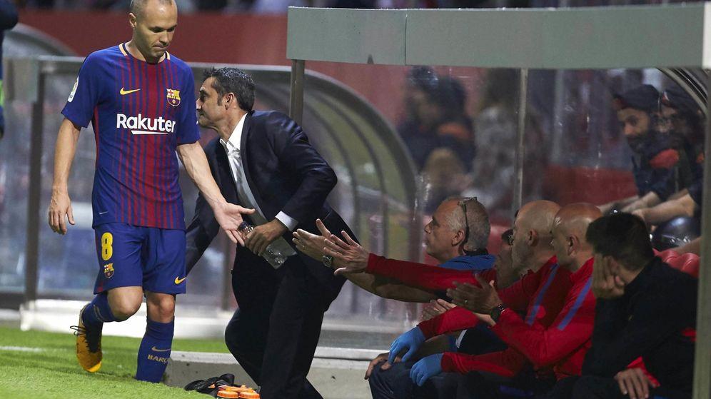 Foto: Iniesta llega al banquillo de Montilivi. (EFE)