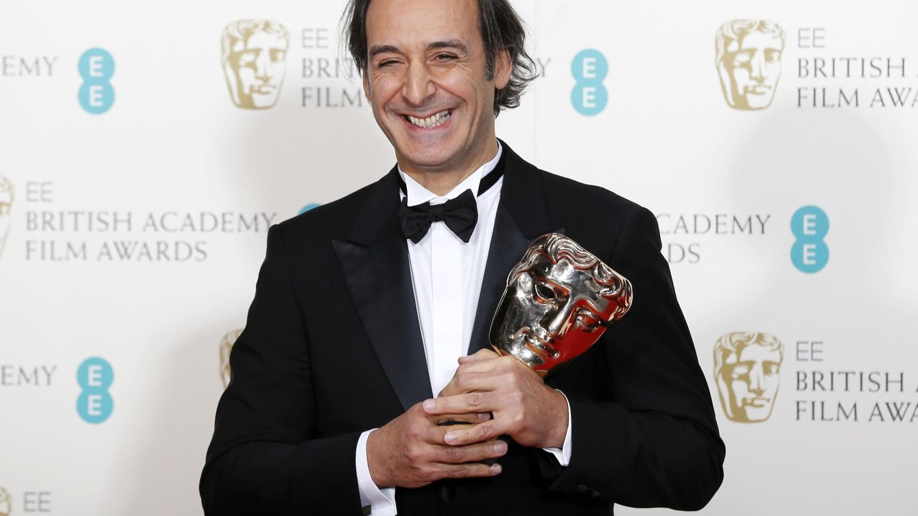 """Foto: File photo of composer alexandre desplat celebrating after winning the award for best music for """"the grand budapest hotel"""" at the bafta awards ceremony in london"""