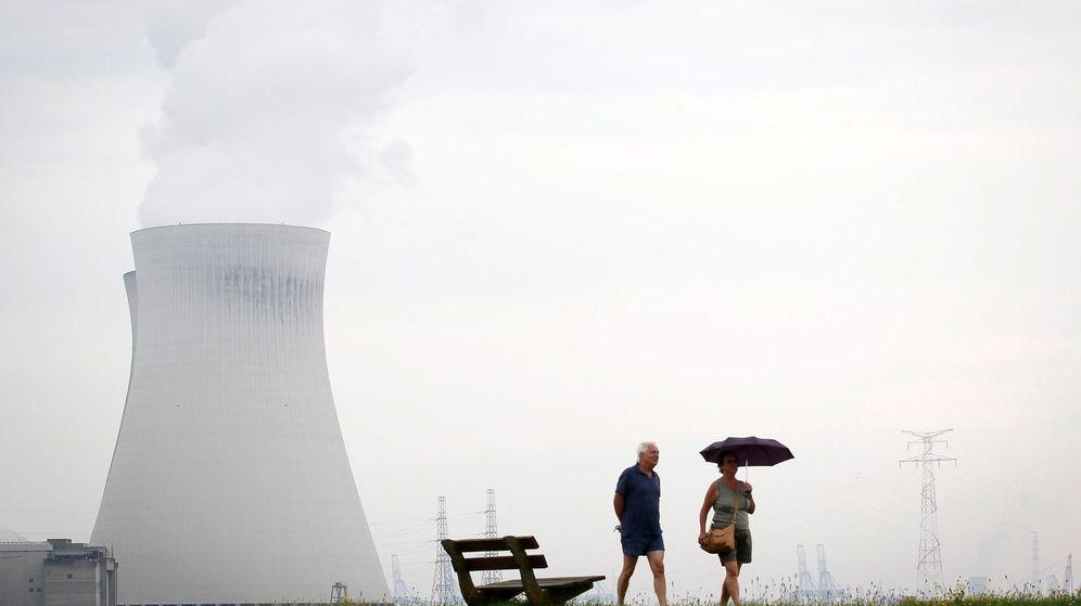 Foto: Una pareja pasea en las proximidades de la central nuclear de Doel, Bélgica. (EFE)