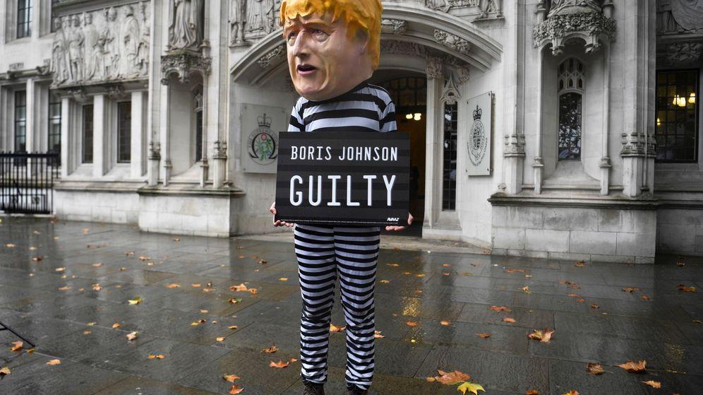 Foto: Un hombre disfrazado de Boris Johnson. (EFE)