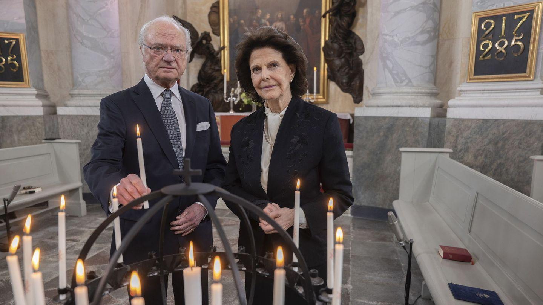 La reina Silvia, con la férula en el brazo derecho en la misa en recuerdo de las víctimas de covid-19. (EFE)