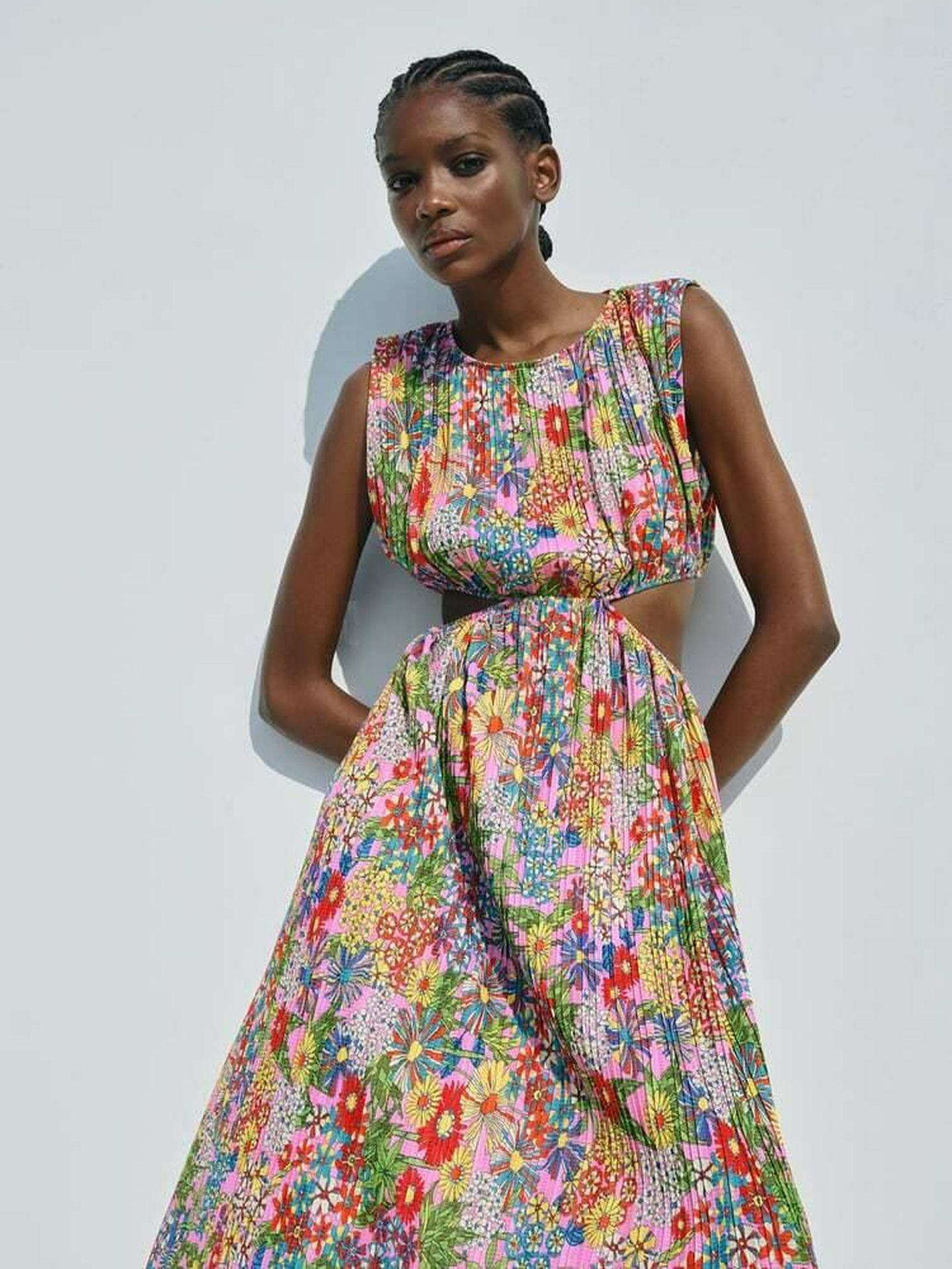 El vestido de flores 'cut out' de Zara. (Cortesía)