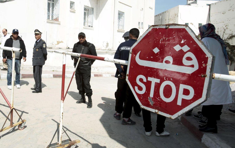 Foto: Agentes tunecinos en la entrada de la morgue en Túnez (Reuters).