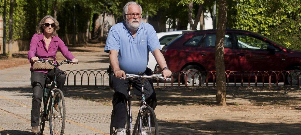 Foto: Miguel Arias Cañete, montando en bicicleta junto a su esposa. (EFE)