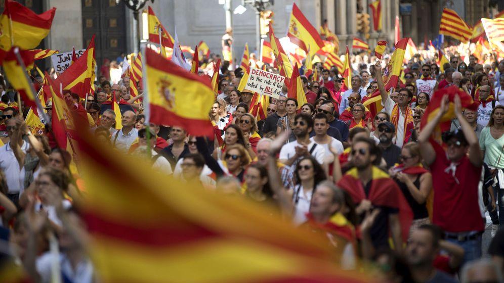 Foto: Manifestación este domingo en Barcelona en contra de la independencia. (EFE)