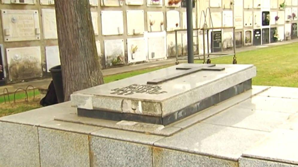 Foto: La tumba que tiene la familia Franco en el cementerio público de Ferrol. (Foto: Telecinco)
