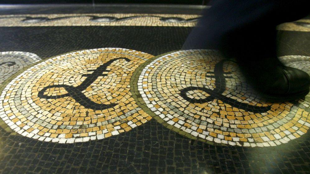 Foto: Un mosaico con el símbolo de la libra en el Banco de Inglaterra./REUTERS