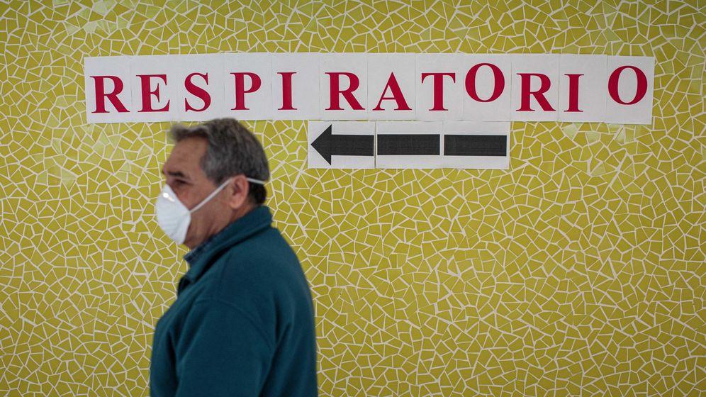 Foto: Un usuario del Centro de Salud Juan XXIII de Valencia, frente a un letrero que indica la dirección hacia la zona de atención a pacientes con síntomas de covid-19. (EFE)
