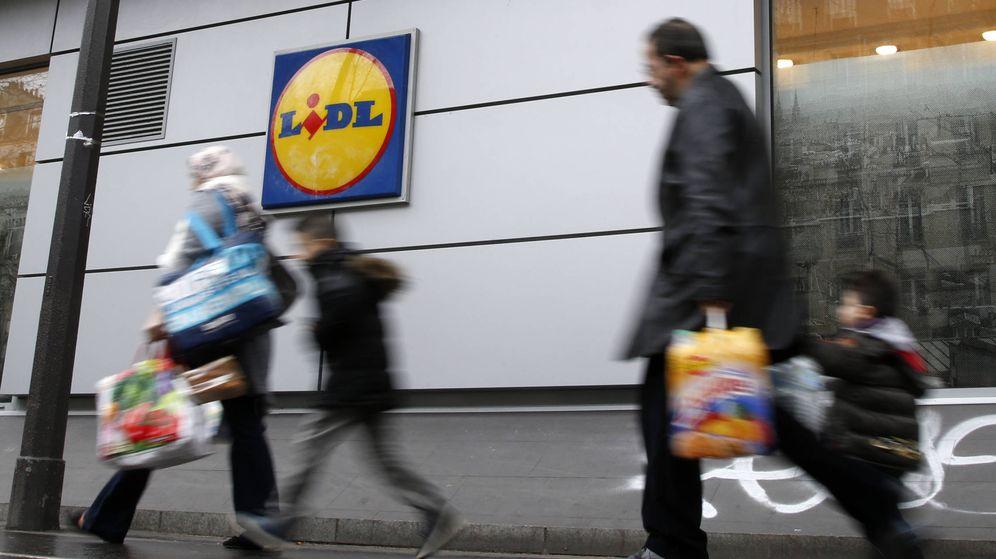 Foto: Compradores caminan junto a un supermercado Lidl   Reuters