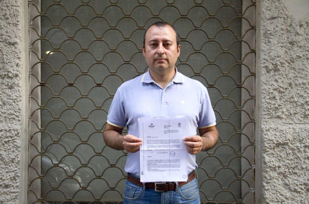 Foto: Álex Ochoa con la carta que le envió la Mutua (Patricia Seijas)