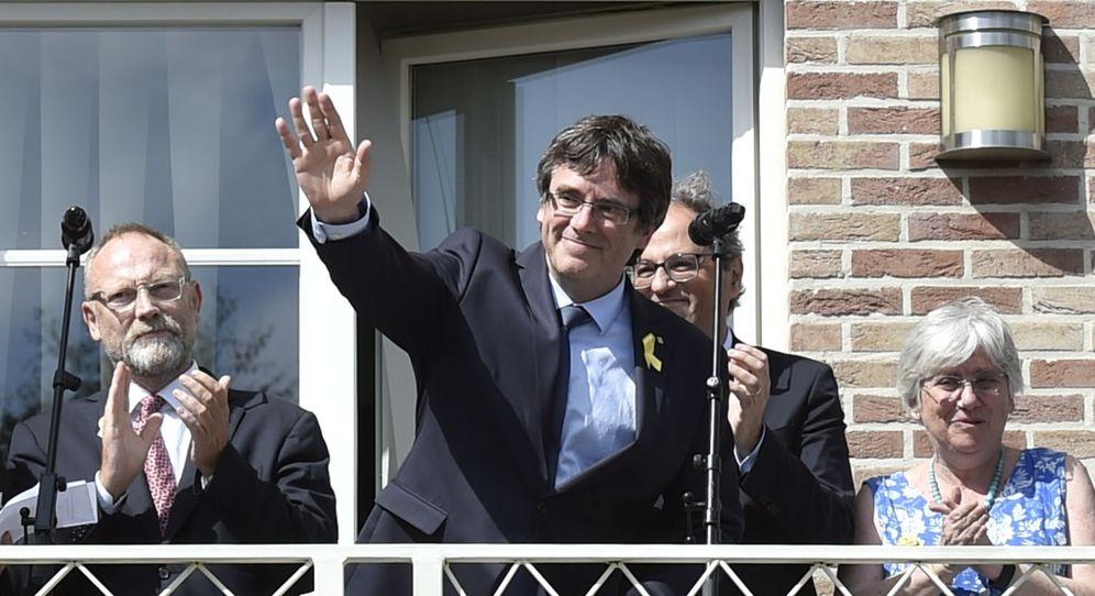 Foto: Carles Puigdemont, desde uno de los balcones de la casa donde reside en Waterloo. (Reuters)