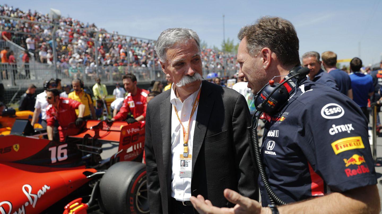 Chase Carey, propietario de la F1, conversa con Christian Horner en el GP de Canadá. (EFE)