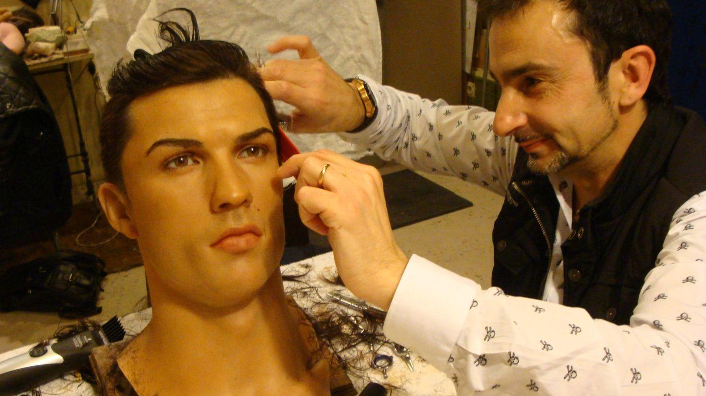 El peluquero de Ronaldo peinando su figura. (Foto: Vanitatis)