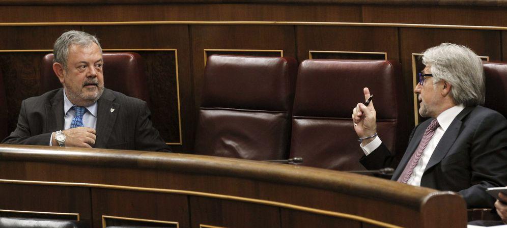 Foto: El diputado de CiU Josep Sánchez Llibre (d) conversa con el del PNV Pedro María Azpiazu. (EFE)