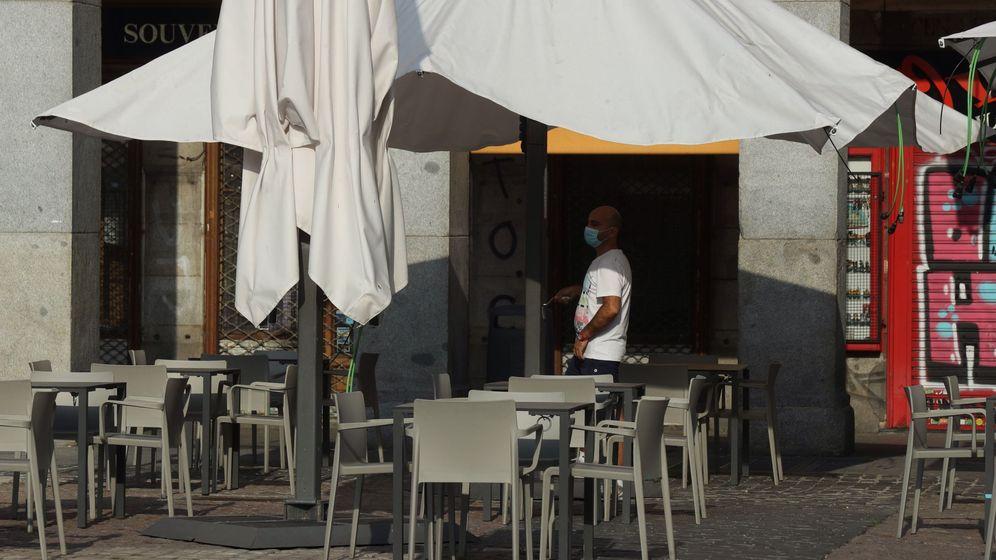 Foto: Un camarero prepara una terraza en Madrid. (EFE)