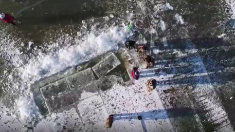 Así se extrae hielo en un río congelado en China