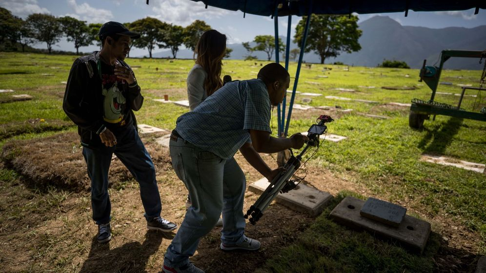 Foto: Reporteros graban el lugar donde fue enterrado Rafael Acosta Arevalo. (EFE)
