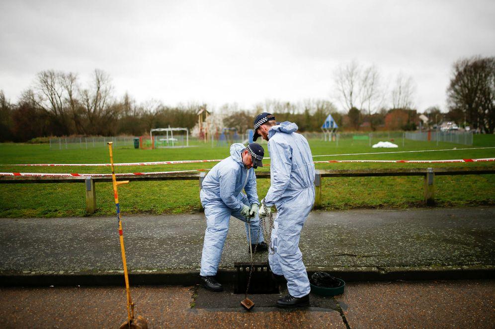 Foto: Dos policías forenses examinan la zona donde fue asesinada Jodie Chesney, en Harold Hill, Londres. (Reuters)